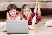 Heureuse utilisatrices des ordinateur portable à domicile — Photo