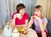 Dziewczyny napoje herbata i mówienie — Zdjęcie stockowe