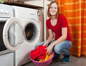 Young woman doing laundry — ストック写真