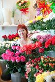 Kadın onun küçük çiçek mağazası — Stok fotoğraf