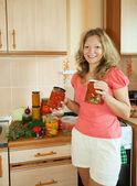 マリネ野菜を持つ女性 — ストック写真