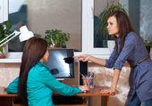 Femmes qui travaillent au bureau — Photo