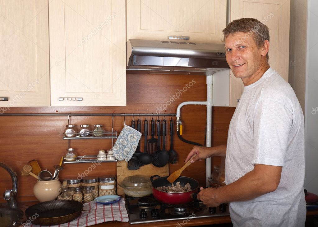 Man roasting meat in home kitchen — Stock Photo #9003754