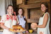 国の食事を持つ女性 — ストック写真