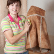 Woman cleaning shammy vest - Foto Stock