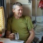 Mann im Schlaf Zug — Stockfoto