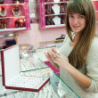 Girl chooses ring at  shop - 图库照片