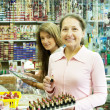 dwie kobiety kupno kosmetycznych — Zdjęcie stockowe