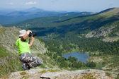 Fotógrafo de natureza tirando fotos das montanhas — Fotografia Stock