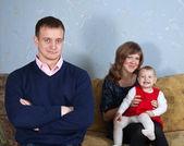 Glückliche Eltern mit Kind im Haus — Stockfoto