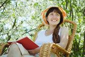 Kobieta relaks w kwitnących ogród — Zdjęcie stockowe