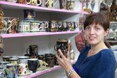Female tourist chooses souvenir cup — Stock Photo