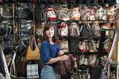 若い女性が袋を選択します。 — ストック写真