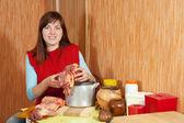 Donna cucinare manzo — Foto Stock