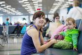 母亲和儿童在机场 — 图库照片