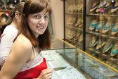 Kobiet wybiera biżuteria — Zdjęcie stockowe