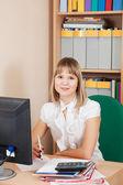 Femme d'affaires travaillant dans la salle de bureau — Photo