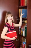 Selecionando livro mulher — Fotografia Stock