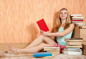 Mulher sorridente com livros — Fotografia Stock