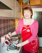 Woman making scomber with cranberry — Stock fotografie