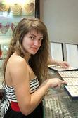 女人选择珠宝首饰 — 图库照片