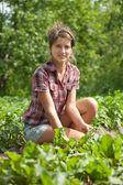 Girl working in vegetable garden — Stock Photo