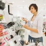 dziewczyna na kosmetyki sklep — Zdjęcie stockowe