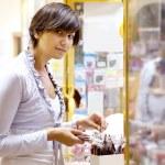 młoda kobieta wybiera kosmetycznych — Zdjęcie stockowe