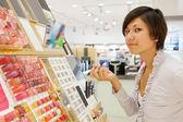 Kız kozmetik alış — Stok fotoğraf