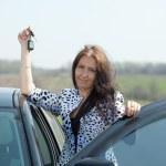 mujer sosteniendo las llaves de auto nuevo — Foto de Stock