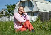 Gelukkige vrouw voorzijde woning — Stockfoto