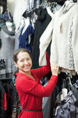 Mujer madura elige ropa — Foto de Stock