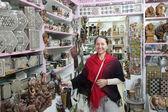 Mujer elige recuerdos en tienda egipcia — Foto de Stock