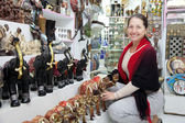 Woman chooses souvenirs at shop — Foto de Stock