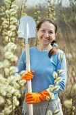 Female gardener with spade — ストック写真