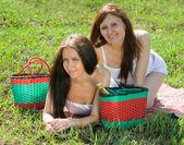 女性草で屋外でリラックス — ストック写真