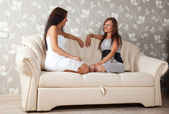 Women talking on sofa in home — Stock Photo