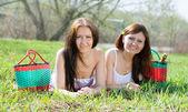Happy women relaxing in park — Stockfoto