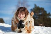 Mädchen liegend auf schnee — Stockfoto