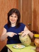 酢漬けのキャベツの缶を持つ女性 — ストック写真