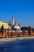 冬季在莫斯科克里姆林宫和帮助河 — 图库照片