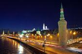 Moscow kremlin en moskva-rivier in winternacht — Stockfoto