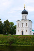 Kerk van de voorbede op de rivier nerl — Stockfoto