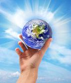 手に地球します。 — ストック写真