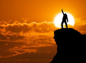 Man on top of mountain — Stockfoto