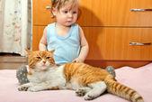 мальчик и кот — Стоковое фото