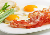 Traditional breakfast with bacon and fried eggs — Stock Photo
