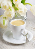Coffee and spring flowers — Stock Photo