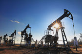 Arbetande olja pumpar siluett — Stockfoto