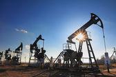 Werkende olie pompen silhouet — Stockfoto